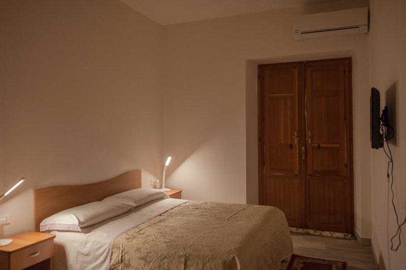 Appartamento dallo  zio turi al quartiere spagnolo ERICE, vacation rental in Tonnara di Bonagia