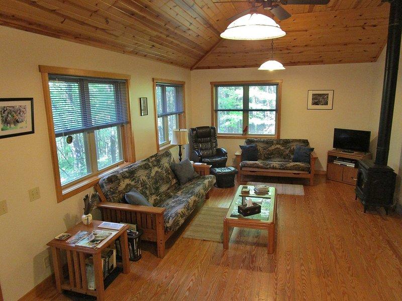 Note  3 large  windows; coffered pine ceiling; pendant lights; fan; gas fireplace; flat screen TV.