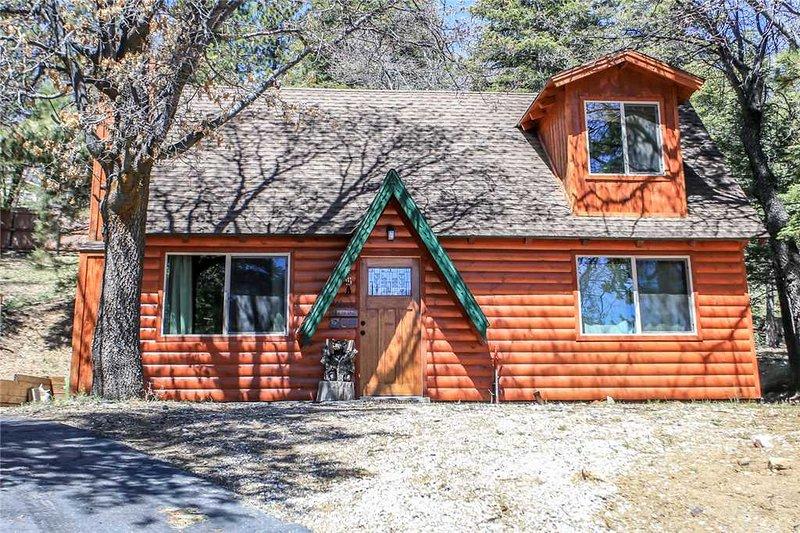 Felthaus Family Cabin Has Mountain Views and Hot Tub