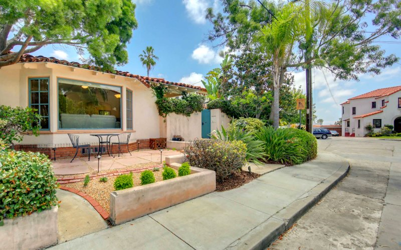 Casa Paloma is set in a peaceful cul-de-sac in Mission Hills