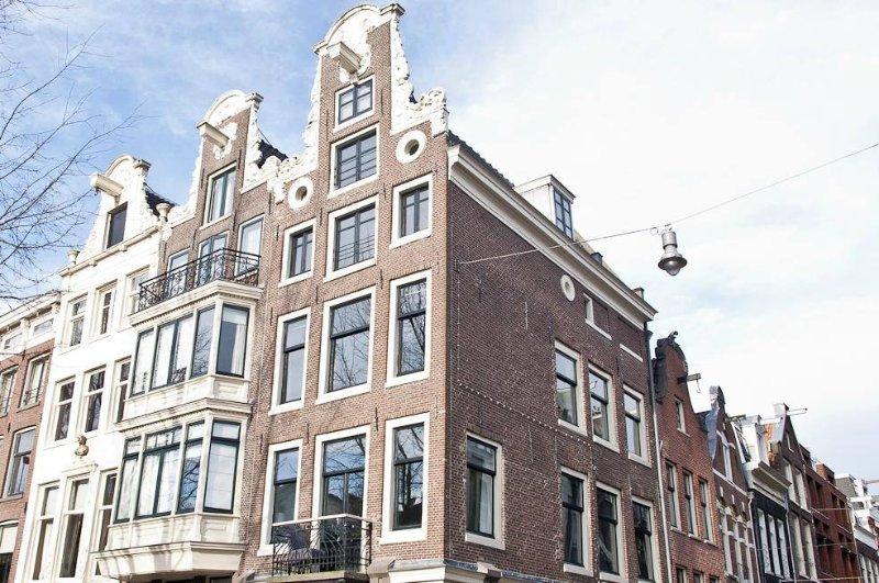 un verdadero canal de Ámsterdam, justo en el medio de la mejor zona de la ciudad, las nueve calles