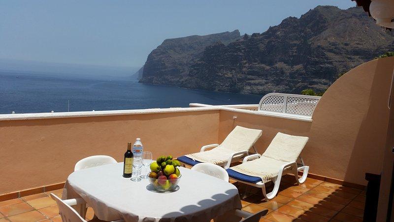 ROMANTIC RETREAT IN PRIME POSITION WITH STUNNING VIEWS TO CLIFFS, MARINA & SEA., holiday rental in Acantilado de los Gigantes