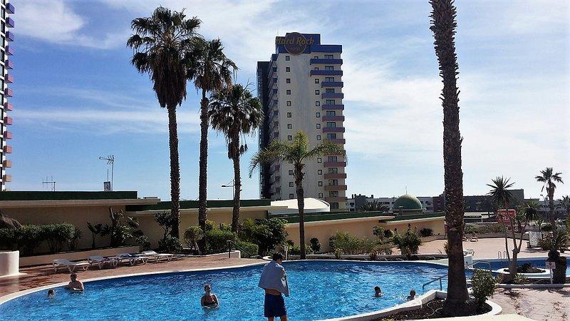 Dos piscinas, a 2 minutos a pié de la playa, frente al Hard Rock Hotel Tenerife, ¡Ven y disfruta!