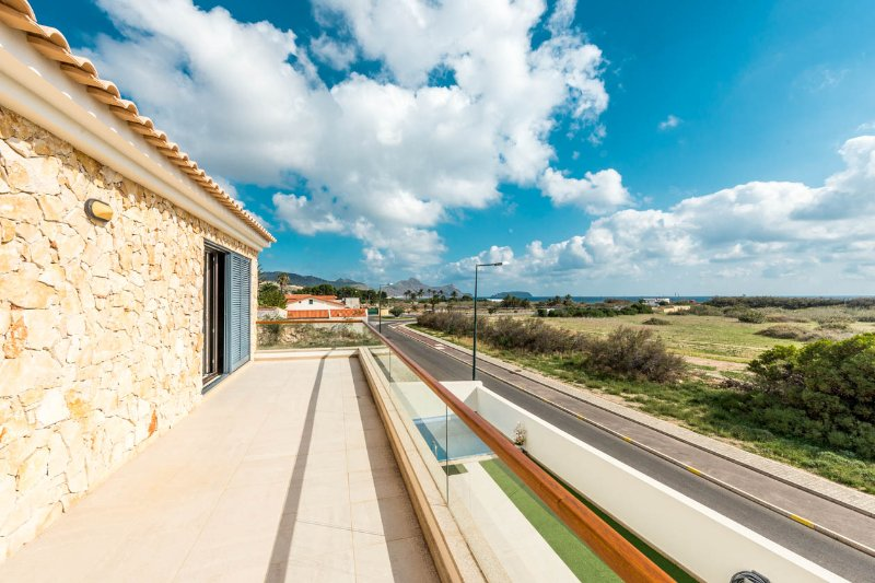 Beautiful Summer Villa with views. One-minute walk to the beach