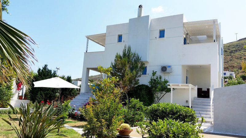 Holiday Apartment with Garden near the Beach, alquiler vacacional en Melissaki