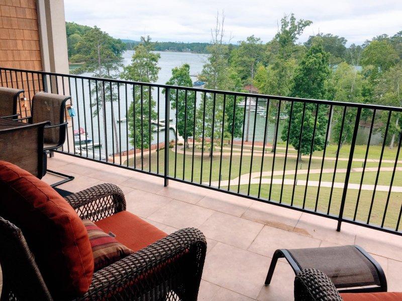Vue sur le lac depuis le balcon