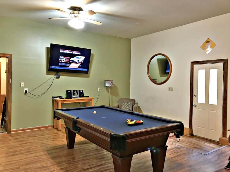 Has It All, Wifi,Cable,Hot tub, Pool Table, Air Hckey, ping pong,Secluded area, alquiler de vacaciones en Lago Harmony
