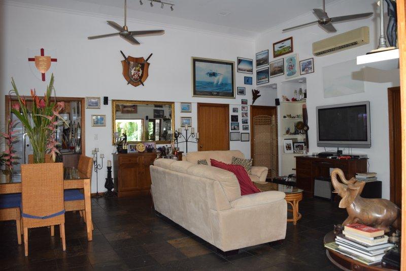 Communal lounge & dining area.