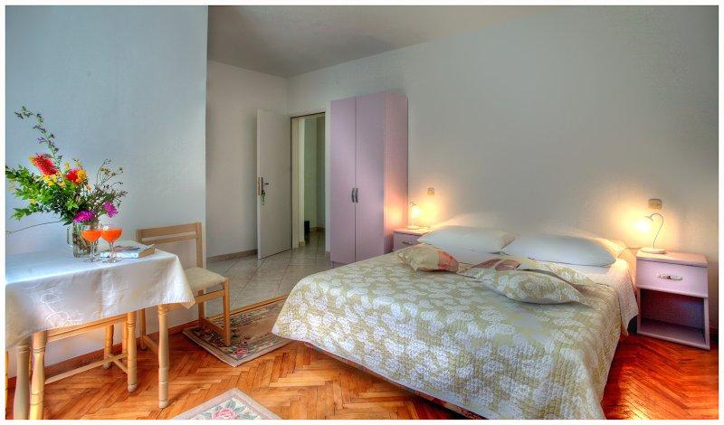 Neues, modernes Schlafzimmer ideal für zwei Personen.