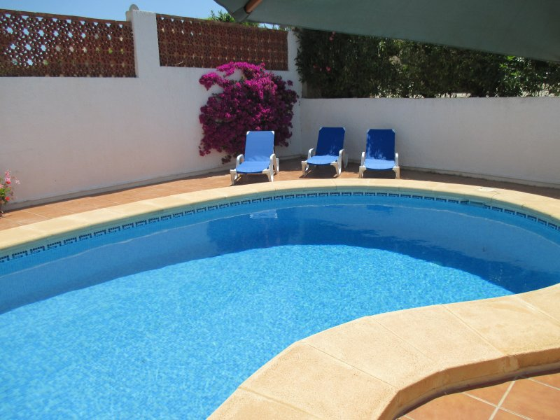 Romantic Villa sleeping 2 in 1 air conditioned bedroom with own private pool, location de vacances à Benitachell