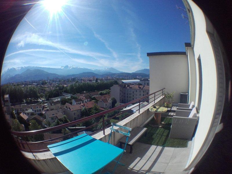 T2 traversant dernier étage avec 2 grandes terrasses Est et Ouest, vacation rental in Grenoble