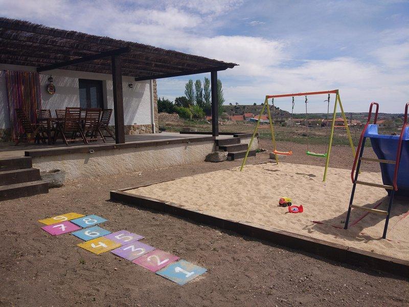 Zona de terraza e infantil
