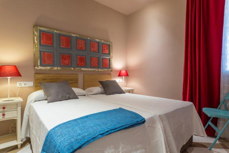 ein zweites Schlafzimmer mit zwei Einzelbetten