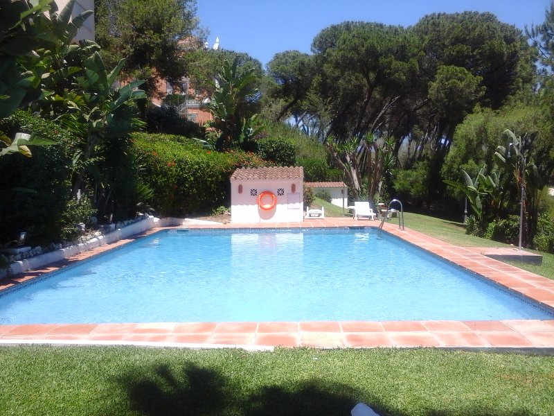 A residential area near Puerto Banus and its beaches with 4 Golf a 5 minute drive.