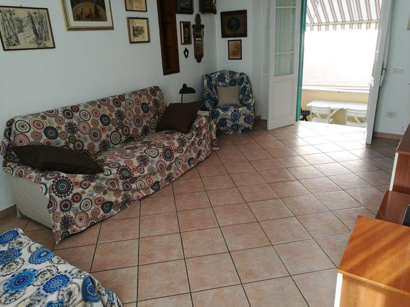 sala, um sofá-1 rainha mais 'poltronaletto 1 praça com acesso ao terraço