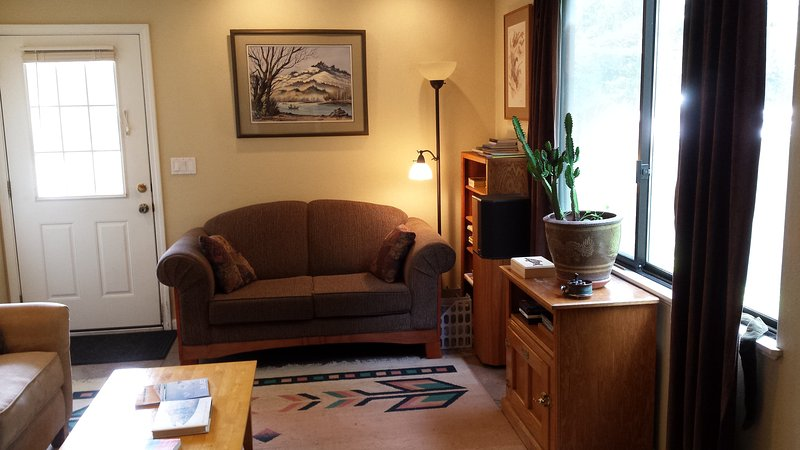 Asiento de amor en la sala de estar. Sofá a la izquierda.