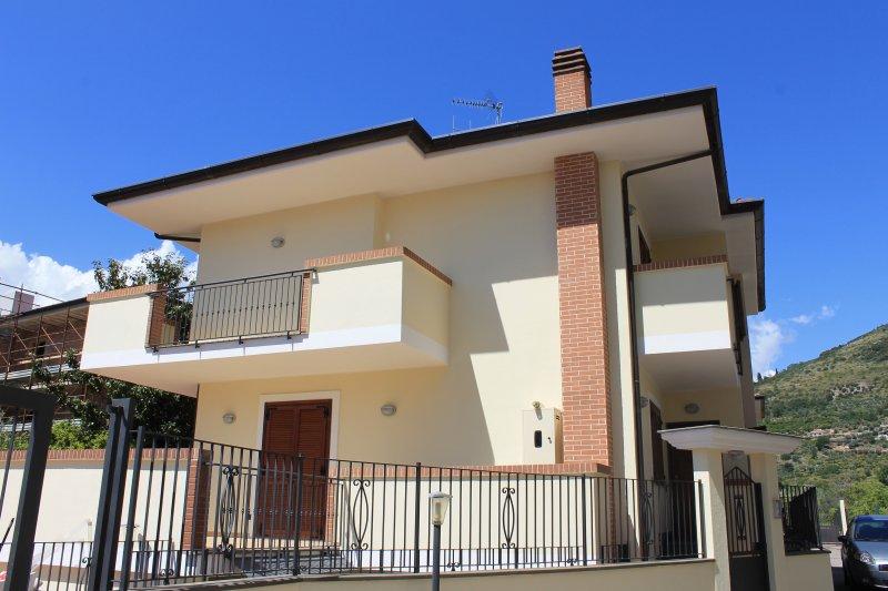 Bellissima villa al centro di Fondi a 10 minuti dal mare, holiday rental in Vallecorsa