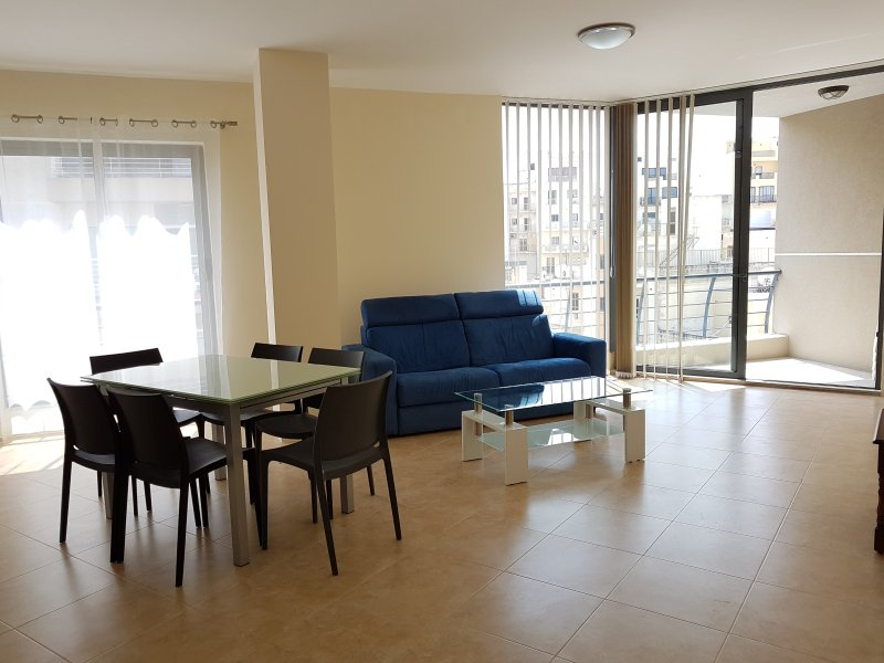 Central 2 Bedroom Apartment 30 metres to Seafront, holiday rental in Bugibba