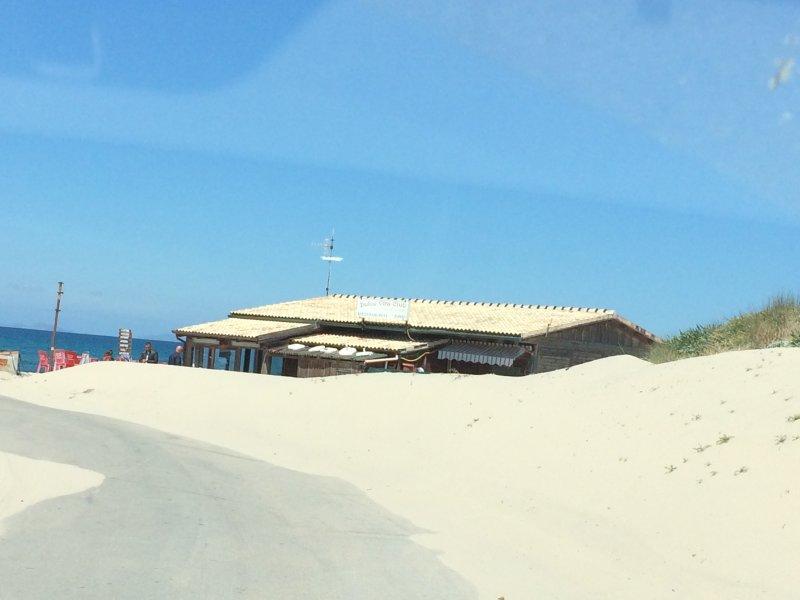 carretera de acceso a la residencia frente a la playa