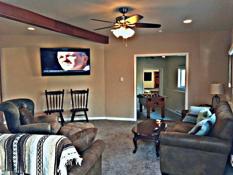 """Sala com 65"""" Smart TV de tela plana"""