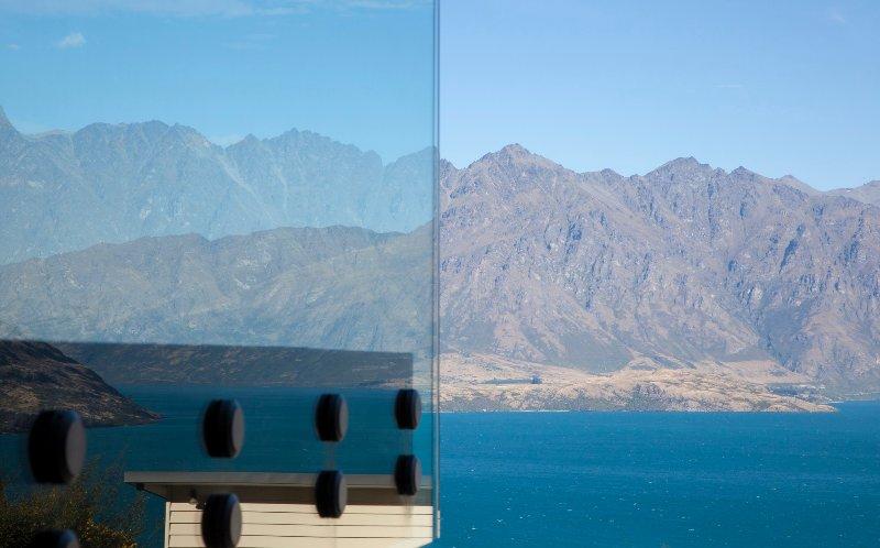 De wrap around balkon maximaliseert het uitzicht op de bergen