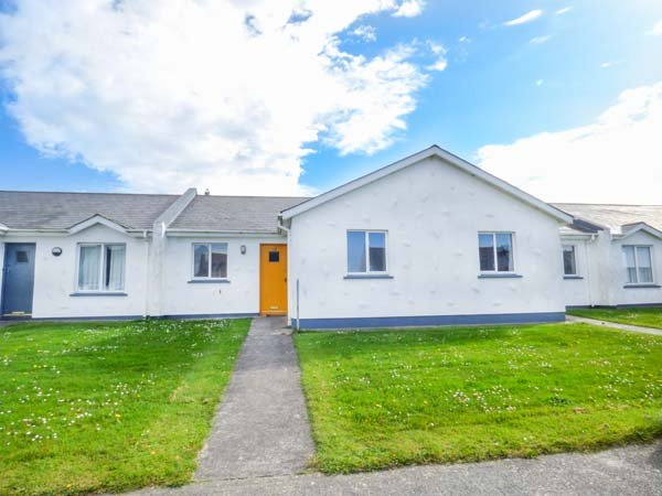 19 ST HELENS BAY DRIVE, ground floor, easy access to beach and amenities, in, vacation rental in Rosslare Harbour
