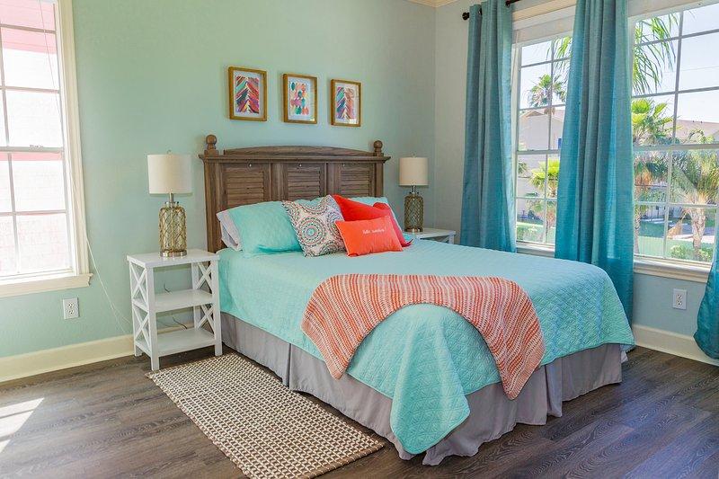 Relajarse entre la decoración costera moderna en nuestra cama tamaño cómodo reina