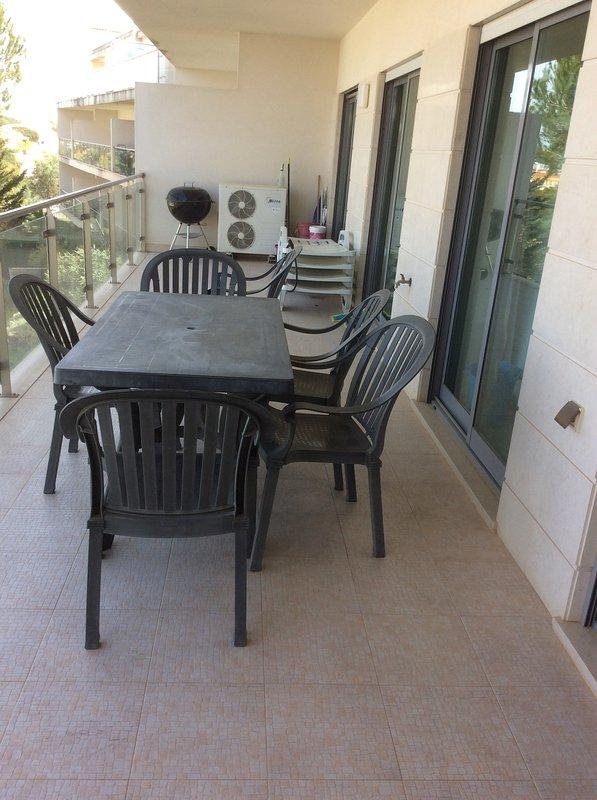 Long balcon avec table patio / chaises et chaises longues - Vue 1