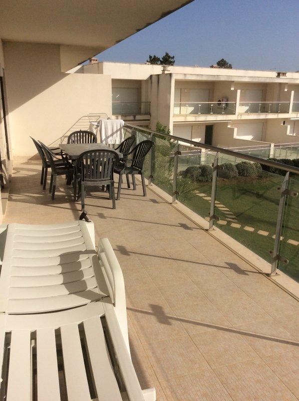Long balcon avec table patio / chaises et chaises longues - Vue 2