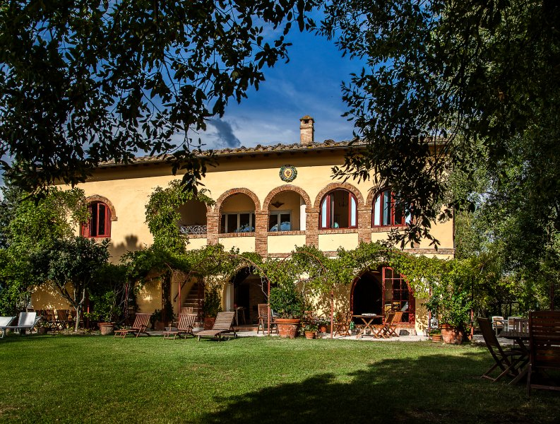 EXTENSIVE VILLA WITH PANORAMIC VIEWS, vacation rental in Montalcino