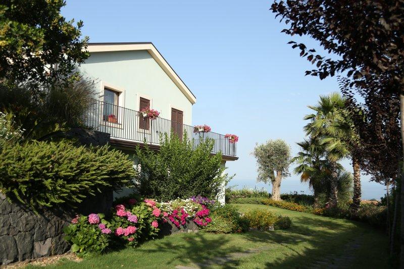 Casa del Melo, stay between sky and sea, holiday rental in Santa Venerina
