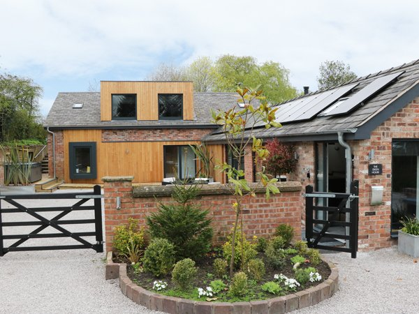 THE GREEN HOUSE, detached cottage, en-suites, woodburner, hot tub, in Sandiway, vakantiewoning in Hartford