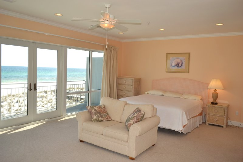 Spacious master bedroom w/access to balcony