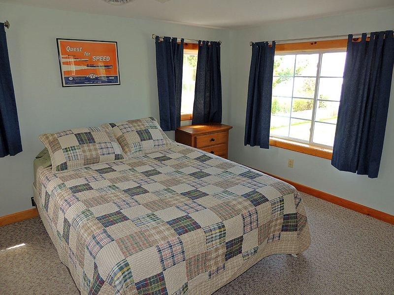 Boven Slaapkamer # 1 met queen size bed en veel kastruimte voor uw bezittingen.