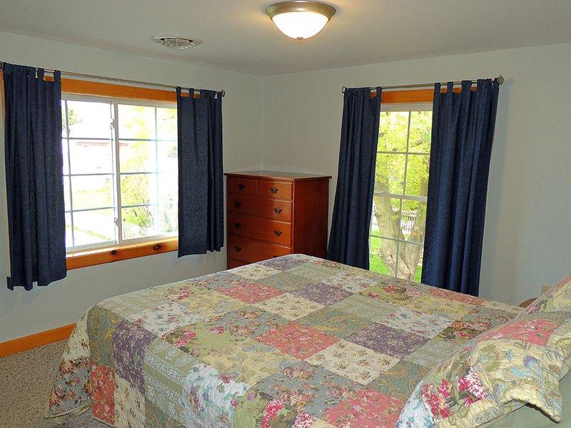Boven Slaapkamer # 3 met queen size bed en veel kastruimte voor uw bezittingen.