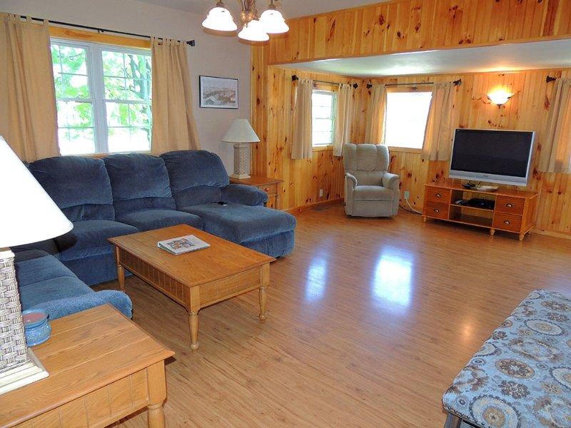 Comfortabele woonkamer met veel zitplaatsen voor iedereen. Een 42' flatscreen-tv met kabel-service