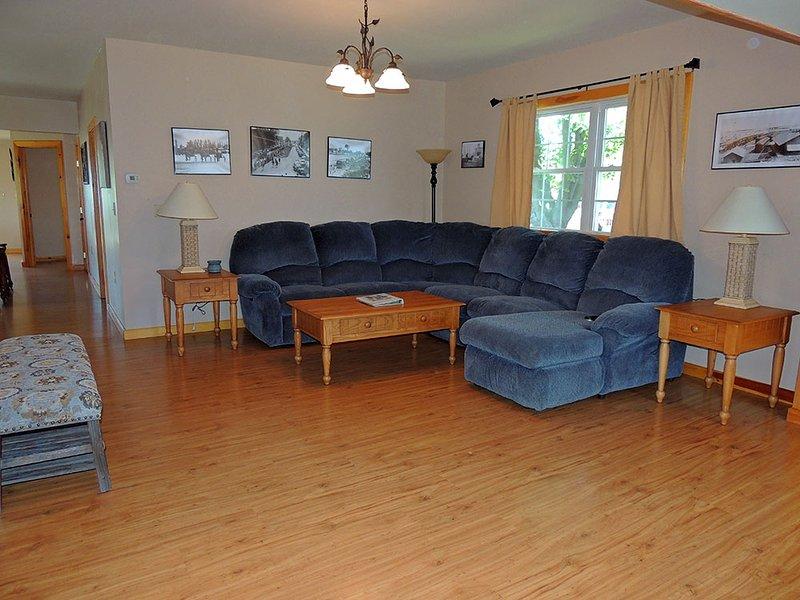 Gezellige woonkamer met zitplaatsen voor het hele gezin.