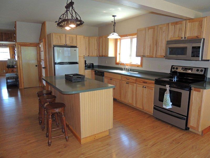 Keuken eiland met zitplaatsen voor 3 personen. Keuken is volledig uitgerust voor uw verblijf.