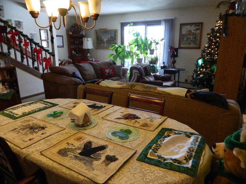 Diningroom regardant dans livingroom.Door sur le pont. Mon arbre qui l'avocat que je pourrais vous demander de l'eau!