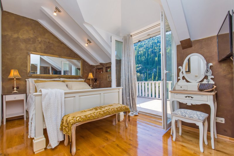 Villa Antiq Dubrovnik area with pool and BBQ, holiday rental in Mokosica