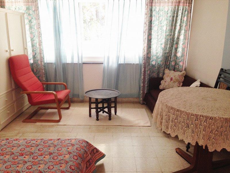Lovely,Huge,room,private bathroom for WOMEN in posh neighbourhood, south mumbai., holiday rental in Zirad