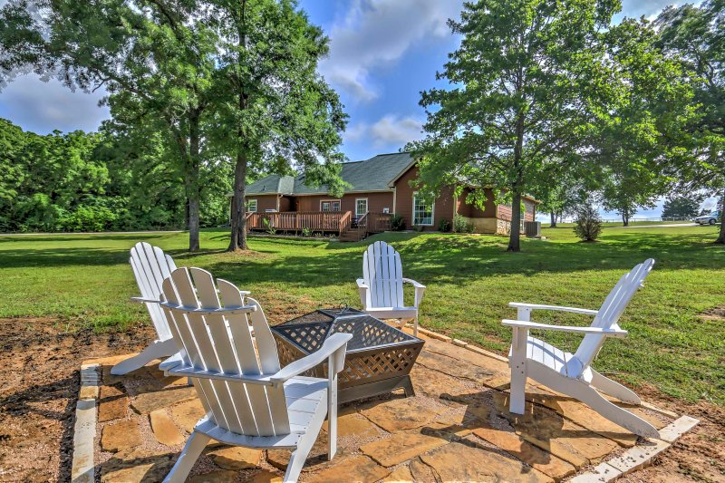 Spend your days and nights enjoying a 1.5-acre lakefront lot at this Kerens vacation rental home for your next getaway!