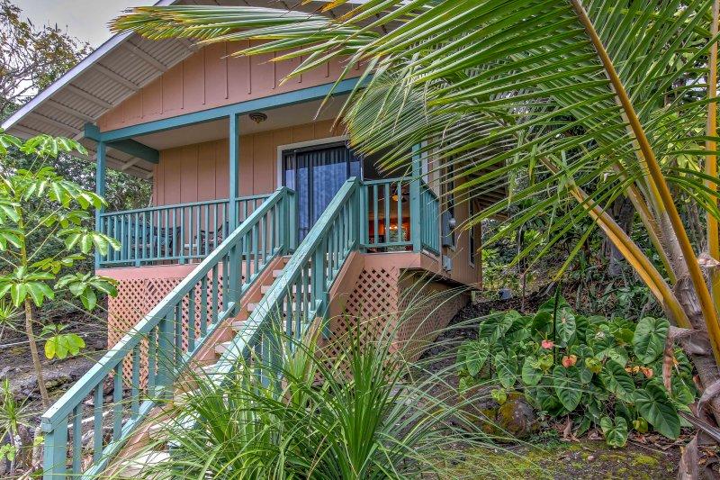 Kona Cottage w/Lanai & Ocean Views on Coffee Farm!, holiday rental in Honalo