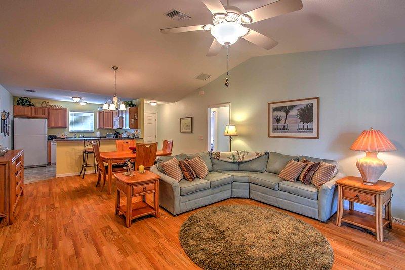 Entrez dans cet intérieur lumineux, spacieux, orné d'un décor haut de gamme et élégant planchers de bois franc qui accueillent vos pieds.