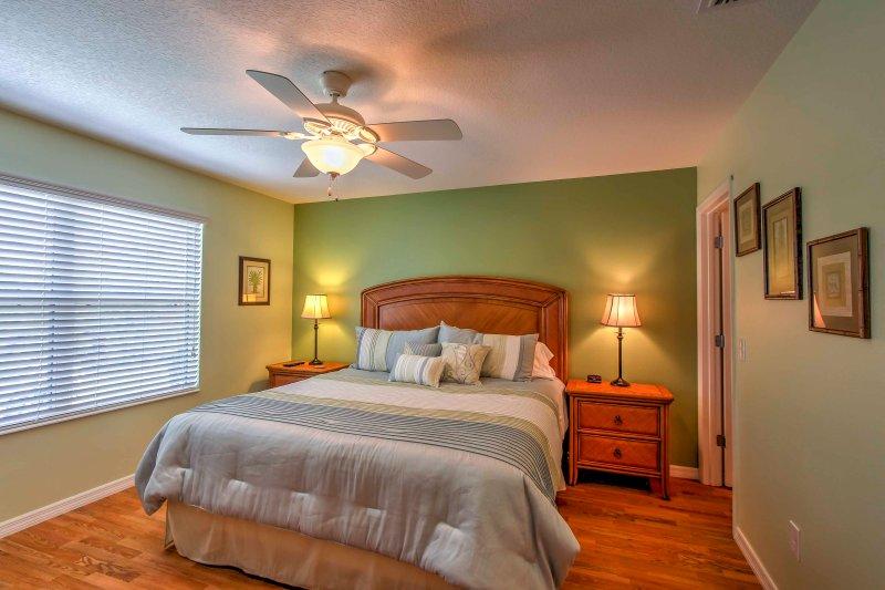 Installez-vous dans le lit dans la chambre principale.
