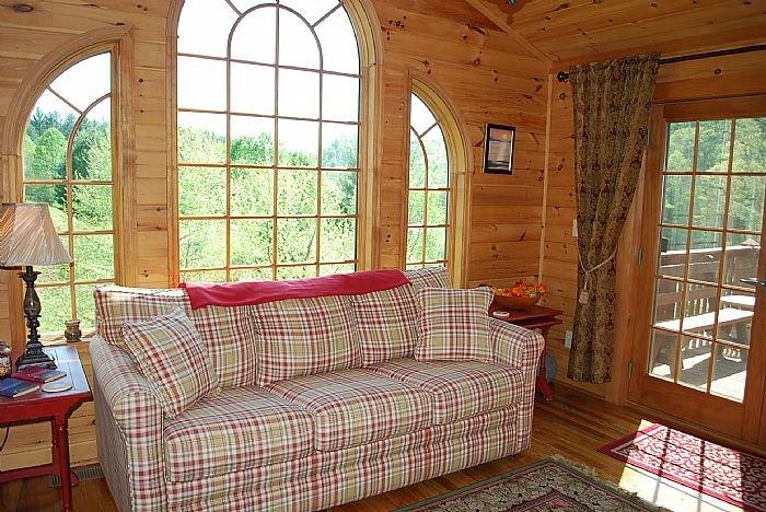 Salle familiale menant à la terrasse w / canapé-lit et TV