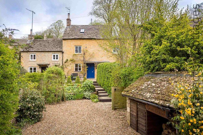Welcome to Dove Cottage, peacefully located in the pretty village of Naunton
