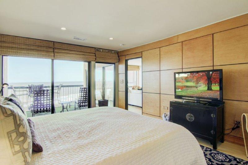 Master Bedroom, Wonderful View, King Bed!