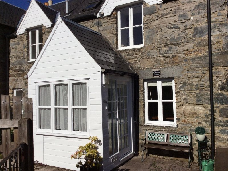 Lovely, peaceful, cottage with garden. Secluded but minutes from town centre, Ferienwohnung in Aberfeldy