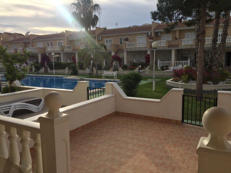 Temprano en la tarde en nuestra terraza frente a la piscina